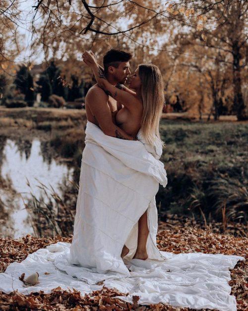 Рита Дакота оголила грудь ради откровенной фотосессии в парке с бойфрендом