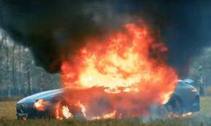 Ради хайпа российский блогер сжег свой Mercedes за 13 миллионов рублей