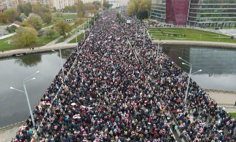 Более 100 тысяч человек на улицах, взрывы и выстрелы - Минск сотрясает небывалая акция протеста