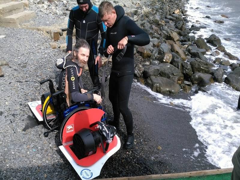 Анапские дайверы сняли на видео погружение в инвалидной коляске на дно моря