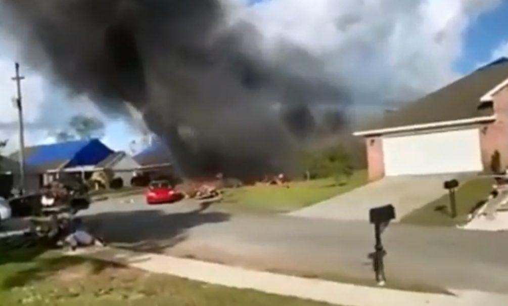 Военный самолет в США рухнул прямо на жилые дома