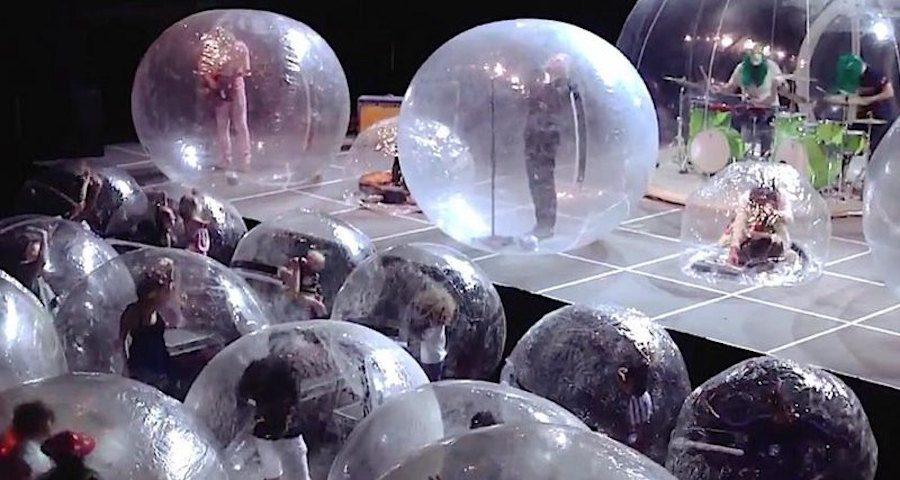 «Пылающие губы» придумали оригинальный способ защититься в коронавирус: рок-группа надула всем шары