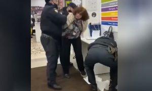 В Москве полицейские скрутили пенсионерку, как террористку: она убеждала людей снять маски