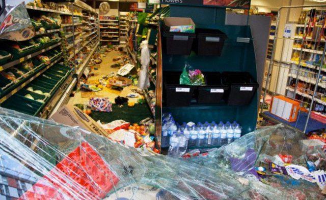 Мужчина в форме Delivery Club разгромил магазин в центре Москвы из-за палки колбасы. Больше всех не повезло охраннику