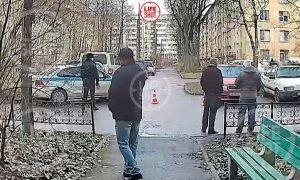 Пьяный петербуржец с топором угрожает убить шестерых детей из-за измены жены