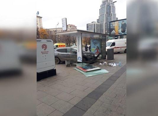 В Москве Nissan влетел в остановку с людьми. Есть пострадавшие