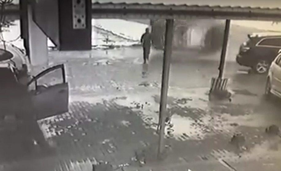 Чудесное спасение жителя Бобруйска от кувыркающегося внедорожника попало на видео