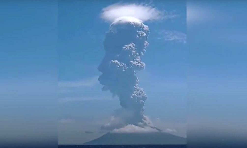 До конца 2020 года остался месяц. В Индонезии начал мощно извергаться вулкан