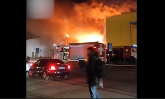 В Рязани горит крупнейший ТЦ «M5 Молл»