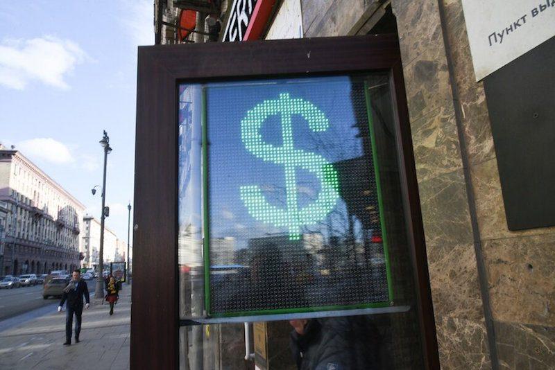 Доллар обвалил российскую валюту. Аналитики прогнозируют скачок до 120 рублей