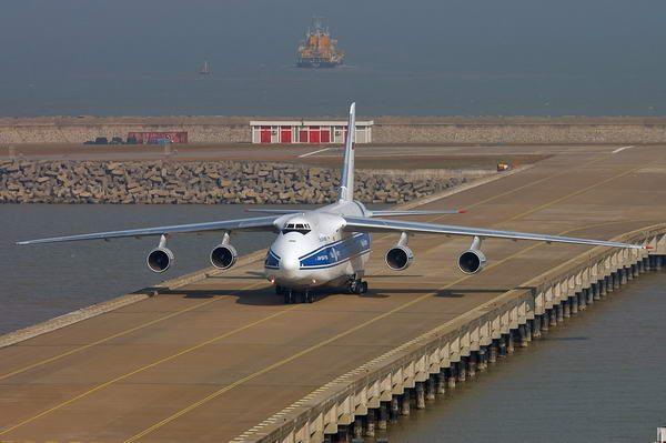 Аварийная посадка тяжелого Ан-124 в Новосибирске попала на видео