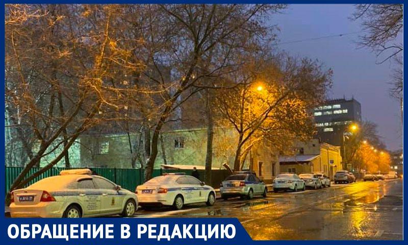 """""""Оккупировали городскую парковку у детсада"""": москвичи жалуются на автомобили ГАИ"""