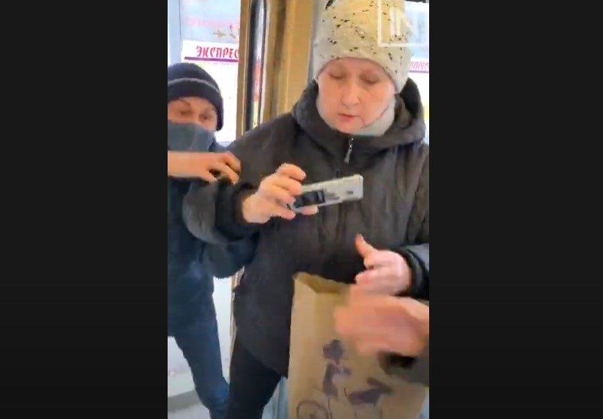 Отказавшуюся надеть маску ковид-диссидентку в Екатеринбурге вышвырнули из трамвая