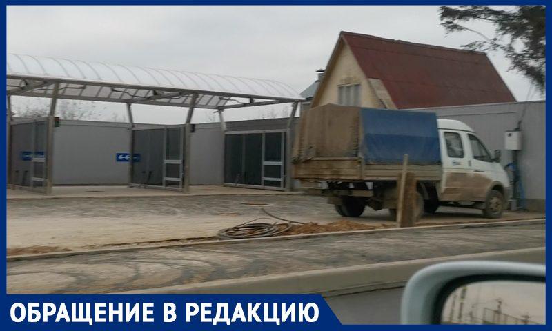 """""""Просто затравят людей"""": в Москве открыли автомойку в паре метров от частных домов"""