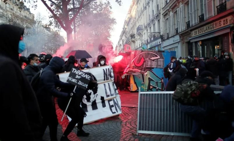 Париж сотрясают акции протеста против запрета фотографировать полицейских