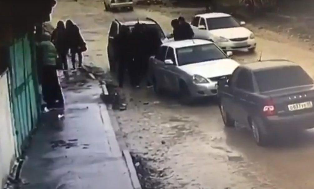 Похитителей девушки в Дагестане жестоко избил неизвестный «принц». Расправа попала на видео