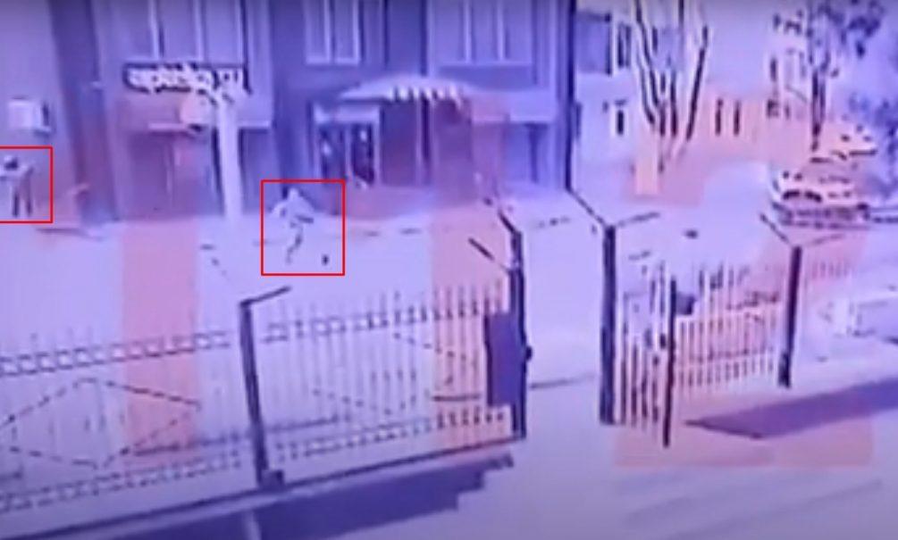Момент взрыва, устроенного смертником возле ФСБ Карачаево-Черкесии, попал на видео