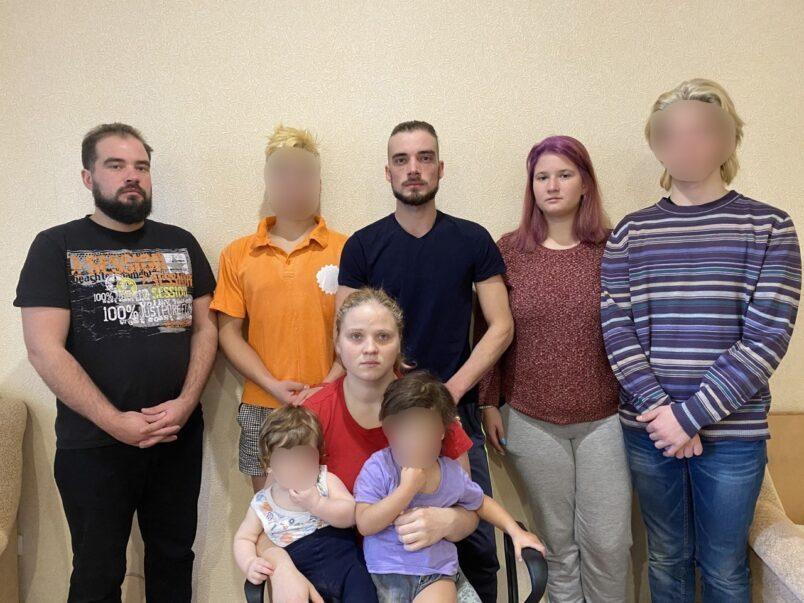 Цепи в подвале, фекалии вместо еды: сыновья и дочери многодетного батюшки обвинили его в насилии