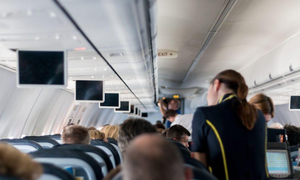 Или просто сажают рядом с живыми: стюардесса рассказала, что делают с умершими пассажирами самолетов