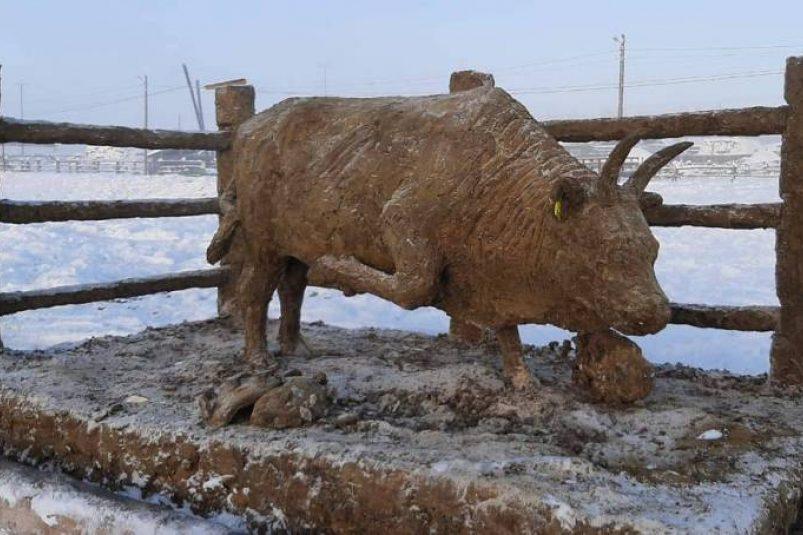 Из чего лепим, в том и живем: житель Якутии изваял новогоднего Быка из навоза