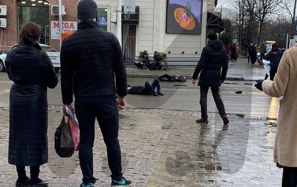 Террористы зарезали двух полицейских прямо на перекрестке в центре Грозного