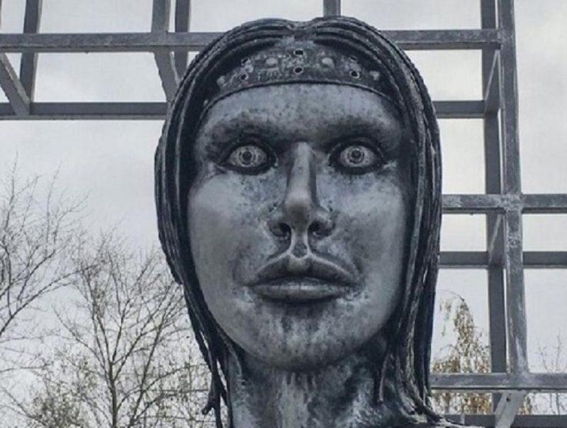 «Стыд, срам, мем»: пугающий памятник «Аленка» открыли под Воронежем