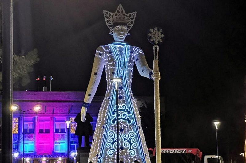 Ужасающую скульптуру Снежной королевы установили у здания администрации в Аксае