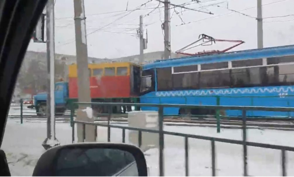 Слишком современный для провинции: подарочный трамвай из Москвы сошел с рельсов в Волжском