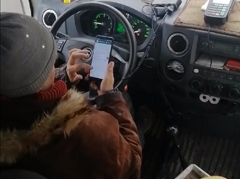 Играющую в телефон на полном ходу маршрутчицу сняли на видео в Воронеже