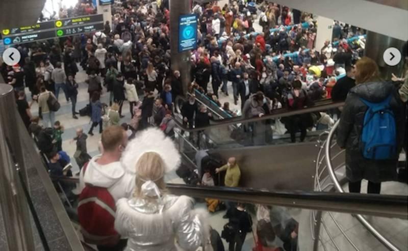 Коронавирусу на радость: в аэропортах Москвы толпы,  люди не могут вылететь из столицы