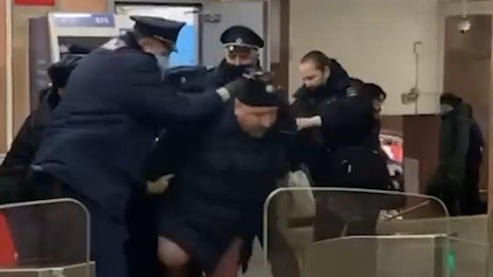 Пассажир московского метро разгромил терминал оплаты, избил полицейских и умер