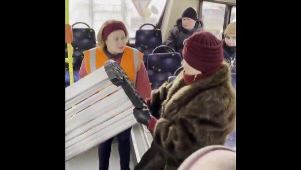 «Я буду на ней спать!»: бабушка с лавочкой пыталась прорваться в питерский троллейбус