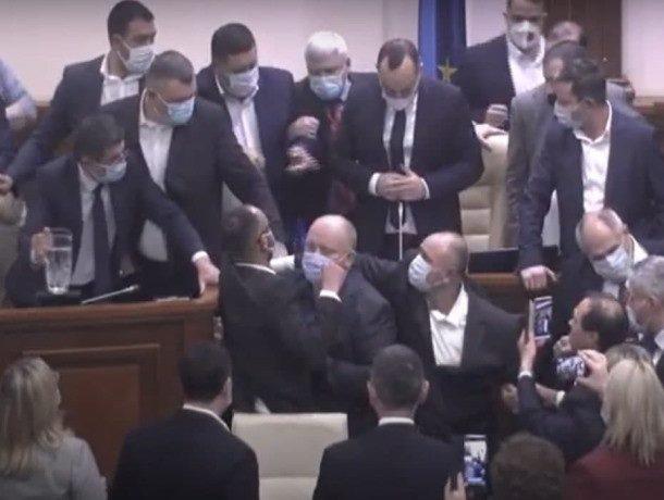 Депутаты устроили массовую драку в парламенте Молдовы