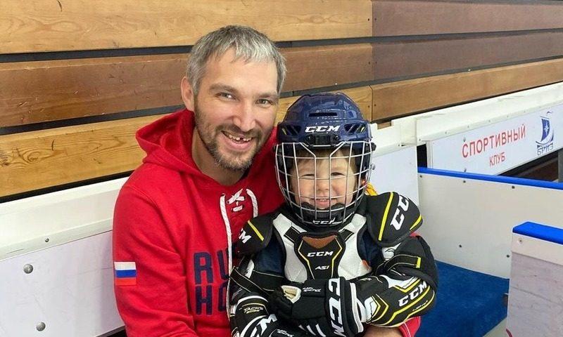 Сын хоккеиста Александра Овечкина впервые встал на коньки