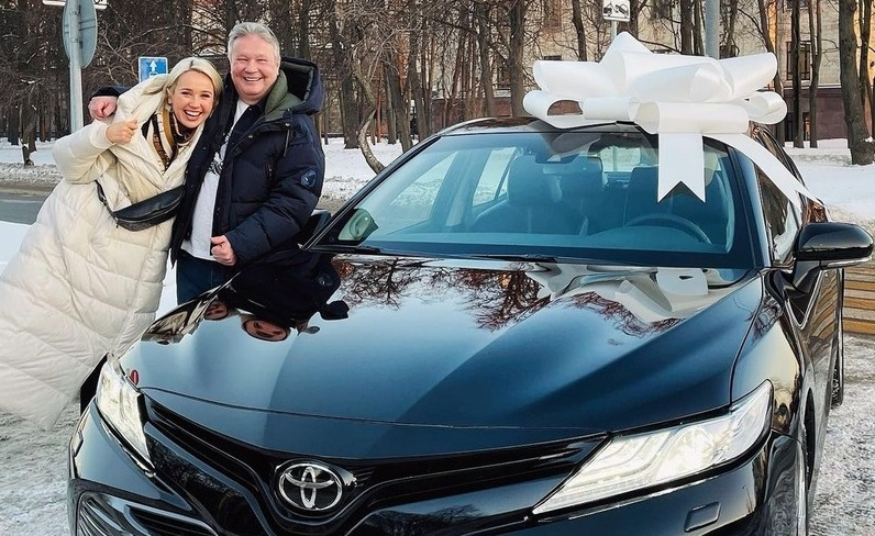 Клава Кока исполнила мечту отца, подарив ему авто за 2,5 миллиона рублей