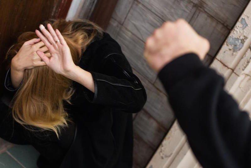 Сломал шею и не подпускал медиков: под Омском бывший зек жестоко избил девушку