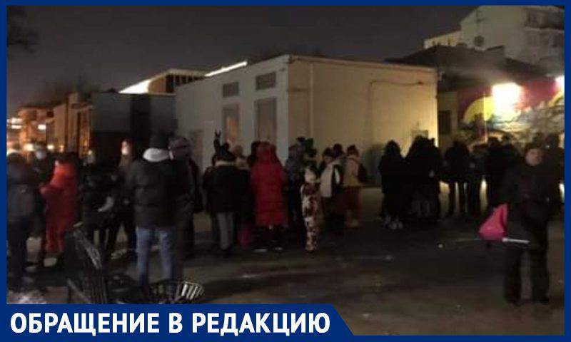Москвичам приходится часами стоять в очередях на катки, несмотря на электронные билеты