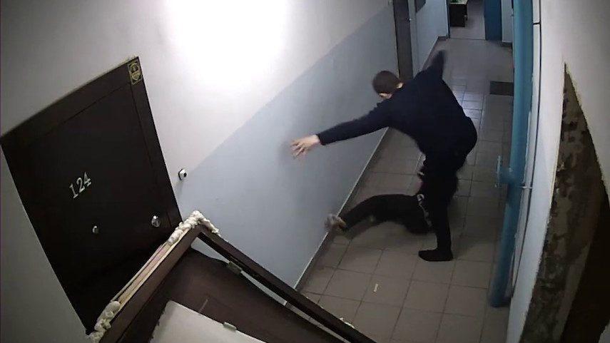Кто успел, того и труп: ритуальщики подрались из-за покойника у двери его квартиры