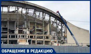Рабочие сносят СК «Олимпийский»  вместо реконструкции и гадят в московских дворах