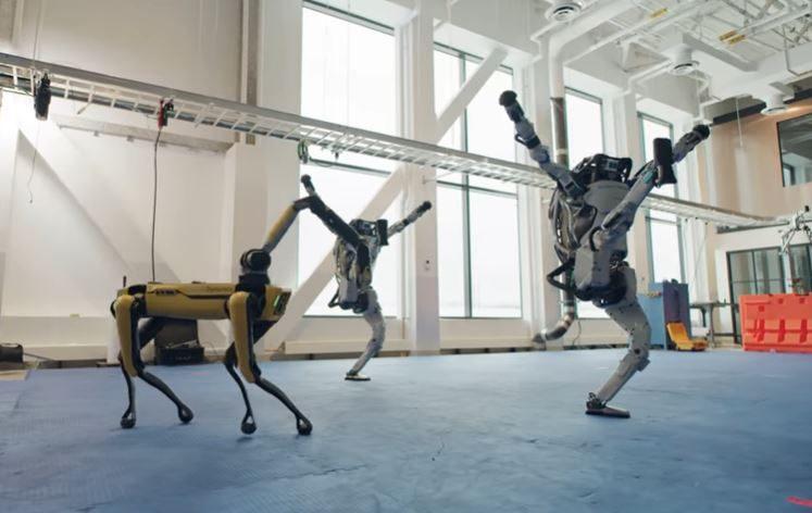 «Сегодня танцуют они, а завтра заставят нас»: Boston Dynamics опубликовали зажигательный ролик с роботами