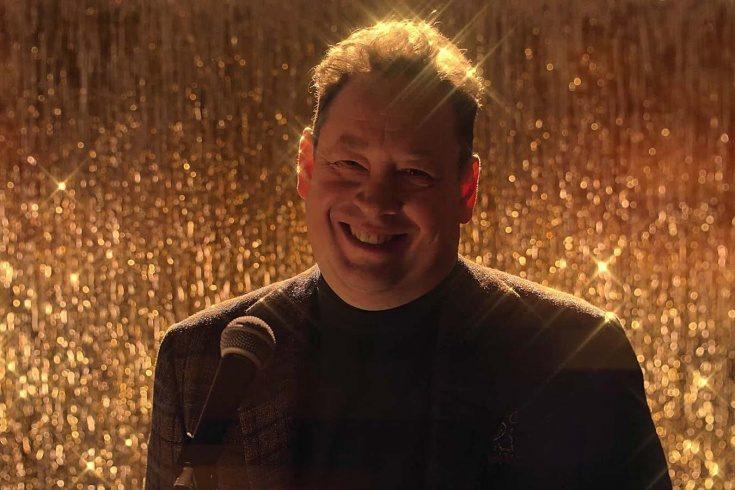 Это праздник какой-то: Слуцкий поет на английском, а Тарасов танцует под Бузову в новогоднем ролике «Рубина»