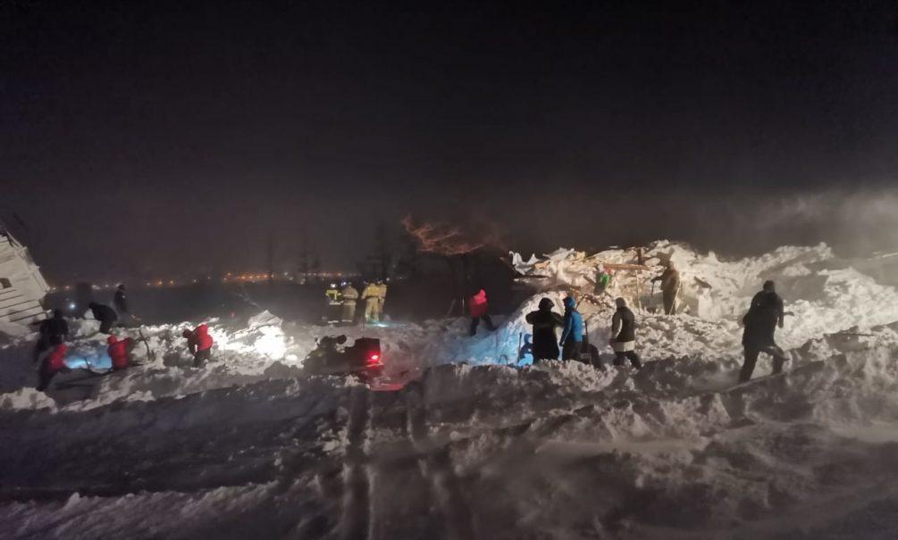 Под лавиной в Норильске погибли мать, отец и маленький ребенок. Старший сын в реанимации