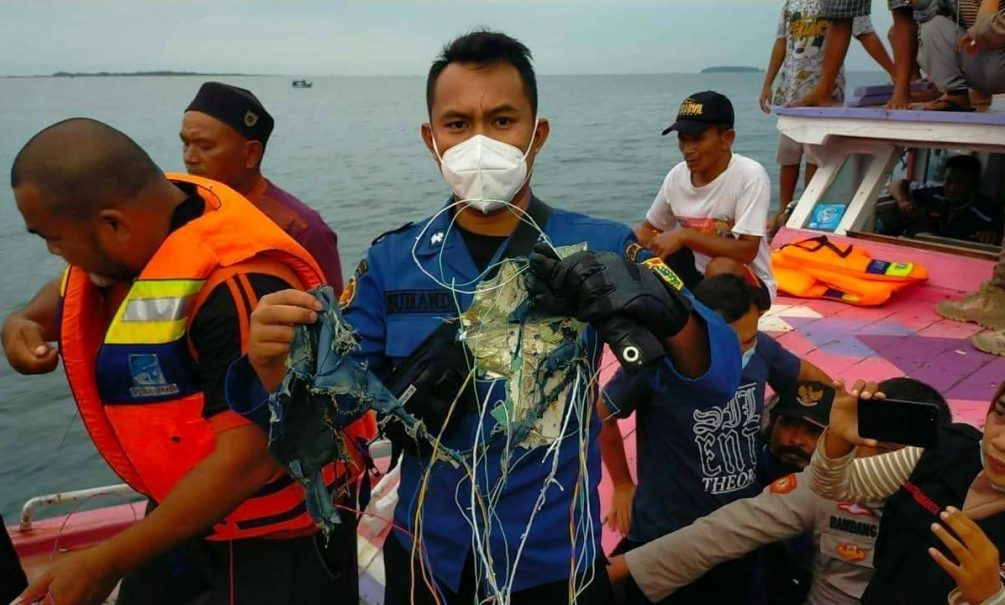 В Сети появились кадры с места гибели Boeing в Индонезии. Найдены фрагменты тел погибших