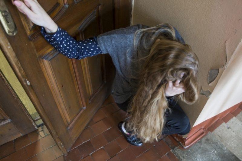 Пятеро незнакомцев изнасиловали 13-летнюю сироту возле дома в Москве