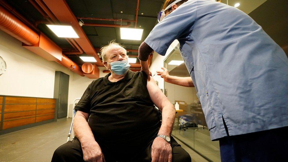 После прививки вакциной Pfizer в Норвегии умерли 23 человека. В России ее колоть запретили