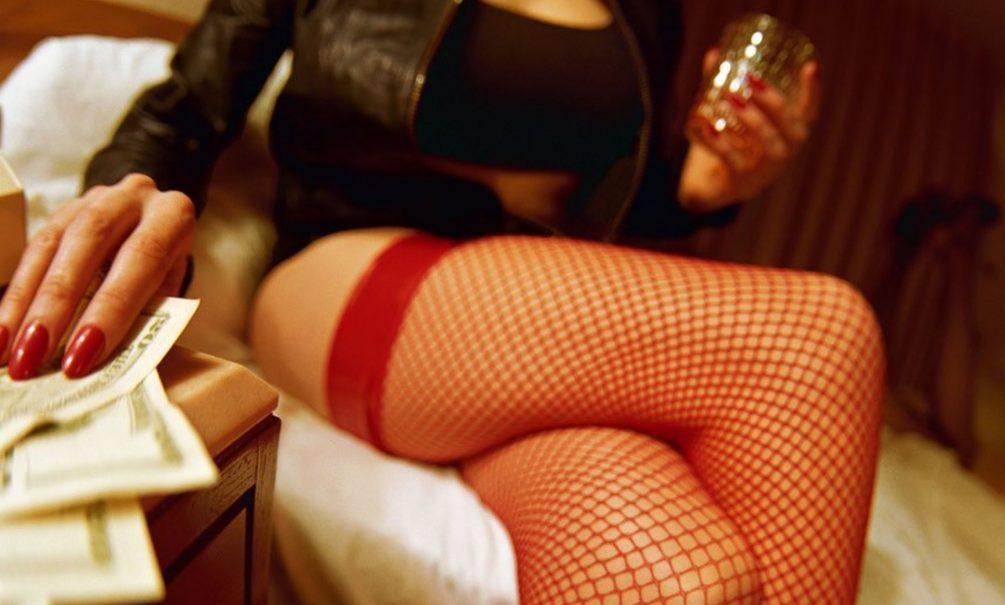 «Ты нам кассу сломал»: московский слесарь отдал 214 тысяч рублей за мечту о проститутке