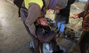 То ли в реанимации, то ли «никаких проблем»: что известно о петербурженке, которую полицейский ударил ногой в живот