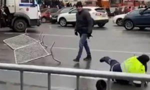 Полицейские поймали мужчину, избившего гаишников в центре Петербурга