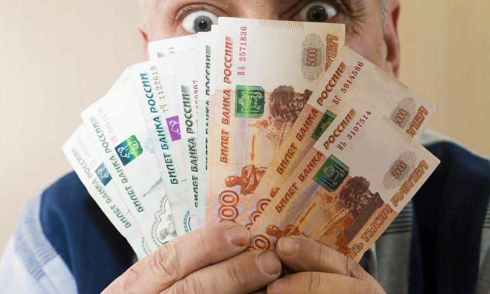Экономист посоветовал россиянам закупиться валютой: рубль к февралю сильно подешевеет