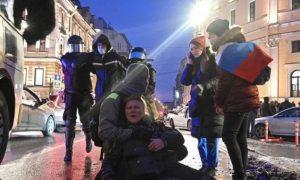 «Запотело забрало»: полицейский, ударивший женщину ногой, извинился перед ней и придумал отмазку